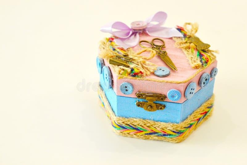 Uma caixa de madeira para botões e bordado fotografia de stock royalty free