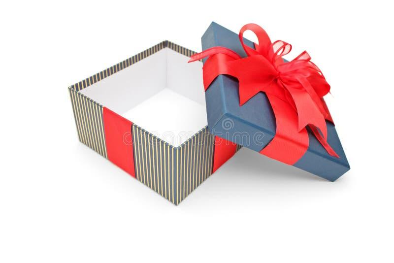 Uma caixa de presente vazia com fitas vermelhas foto de stock