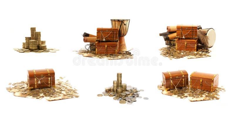 Uma caixa de tesouro completamente de moedas brilhantes imagens de stock