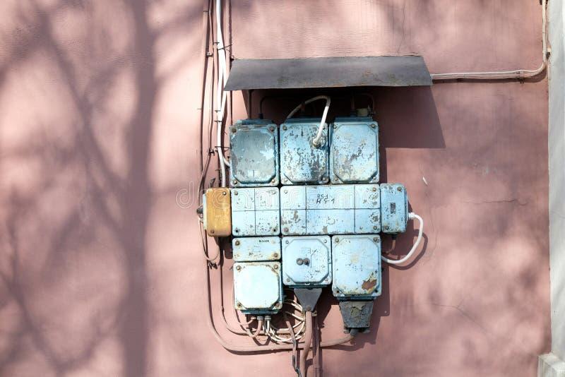 Uma caixa do fusível do vintage em uma parede cor-de-rosa foto de stock