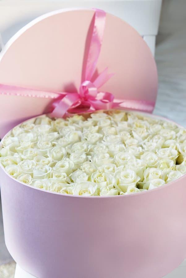 Uma caixa enorme com um número incrível das rosas brancas Felicitações, declaração do amor imagem de stock royalty free