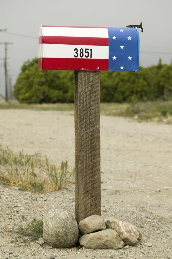 Uma caixa postal patriótica vermelha, branca e azul dos E.U.