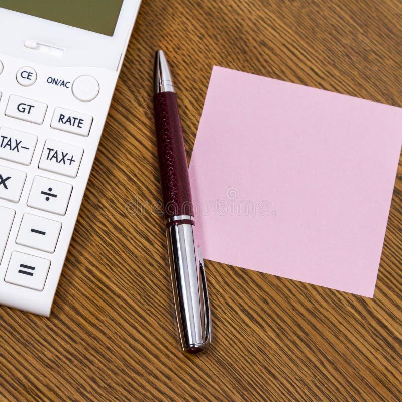 Uma calculadora e uma pena foto de stock