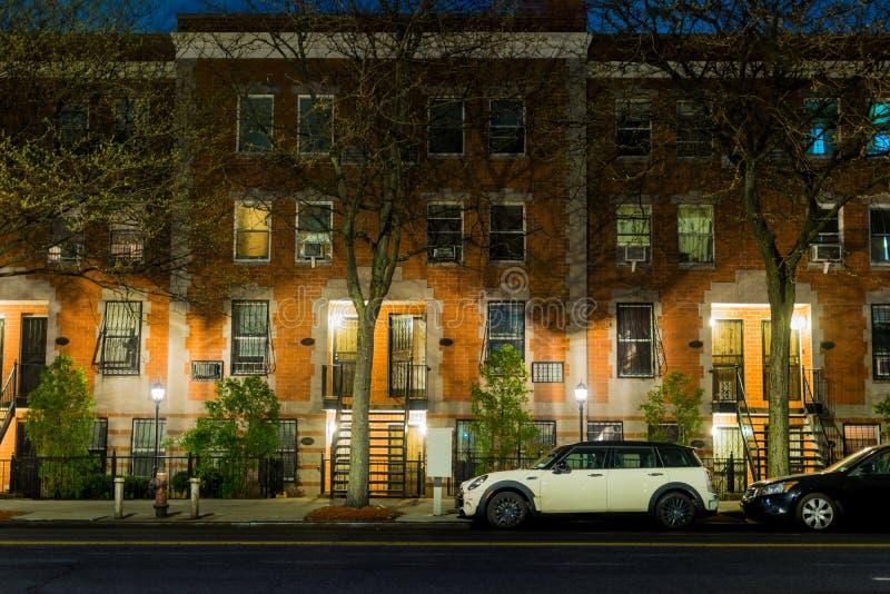 Uma calma e uma cena sereno da noite que mostram uma rua vazia e quieta na vizinhança do Harlem de New York City imagens de stock