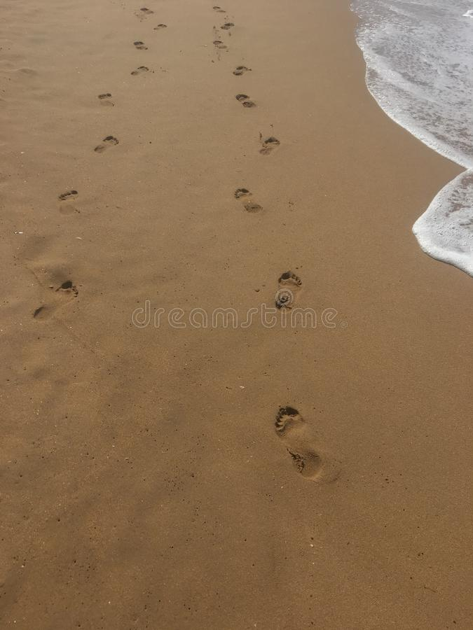 Uma caminhada ao longo da praia imagens de stock royalty free