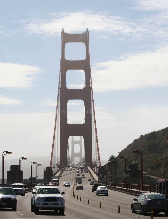 Uma caminhada ao longo de golden gate bridge imagens de stock