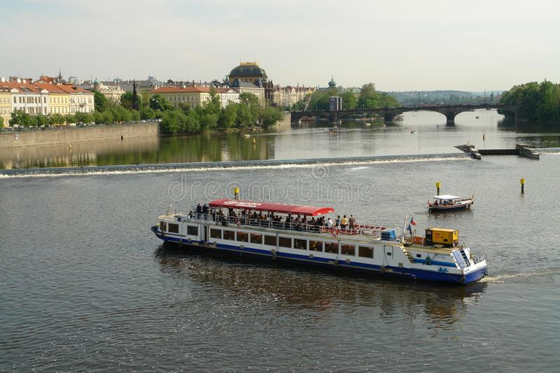 Uma caminhada ao longo do Vltava pelo barco é uma oportunidade de olhar Praga e suas vistas imagens de stock