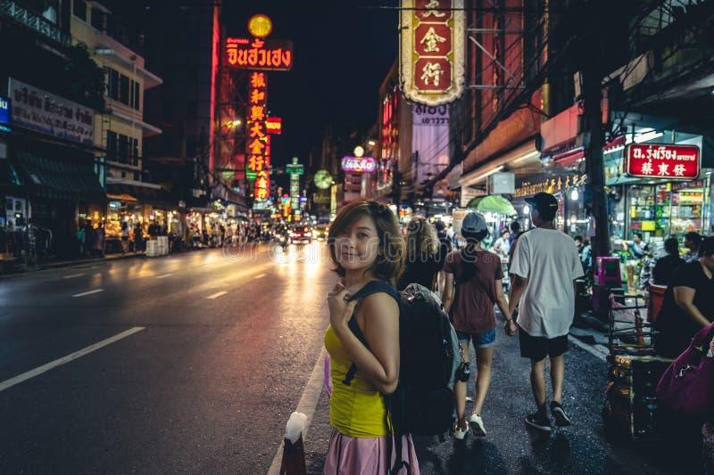 Uma caminhada asiática feliz do viajante do cabelo curto na cidade da porcelana na noite fotos de stock
