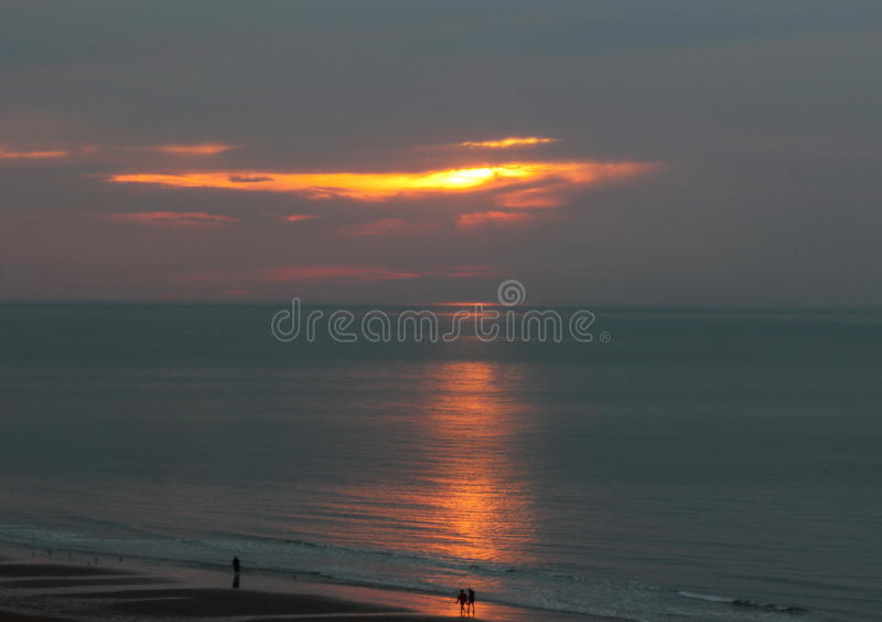Uma caminhada na luz do por do sol na costa do mar fotos de stock