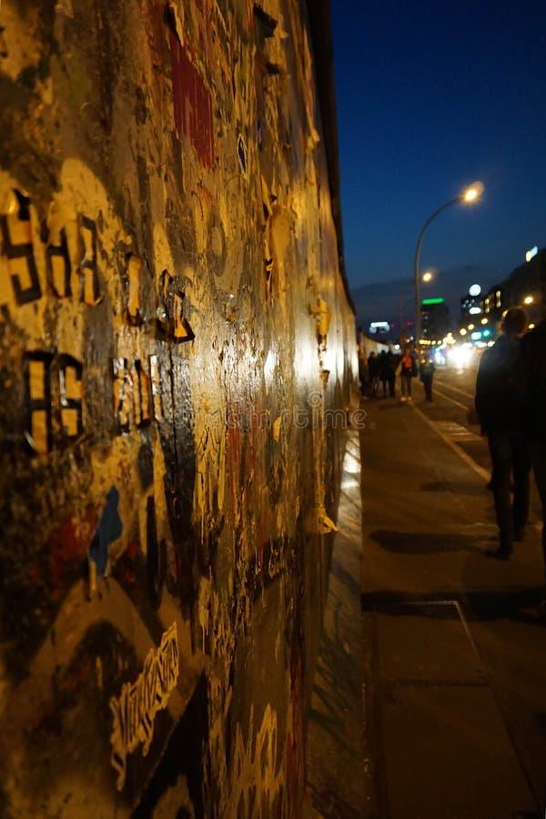 Uma caminhada no muro de Berlim foto de stock