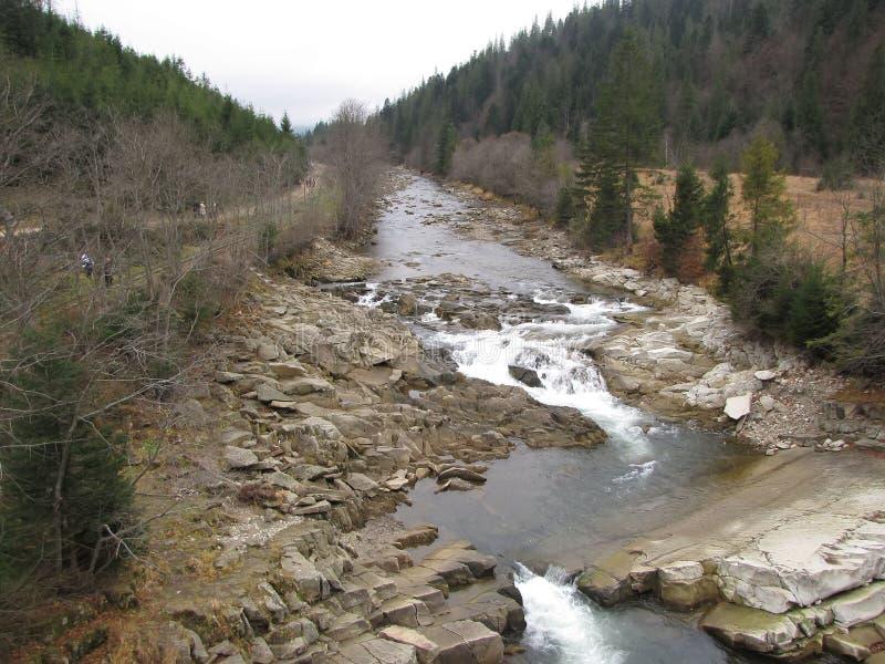 Uma caminhada quieta ao longo do rio da montanha fotografia de stock royalty free