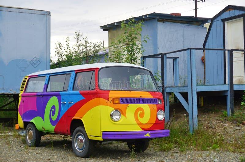 Uma camionete de campista de Volkswagen do vintage (VW) pintada com cores psicadélicos do hippy imagens de stock royalty free