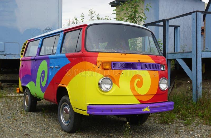 Uma camionete de campista de Volkswagen do vintage (VW) pintada com cores psicadélicos do hippy fotografia de stock