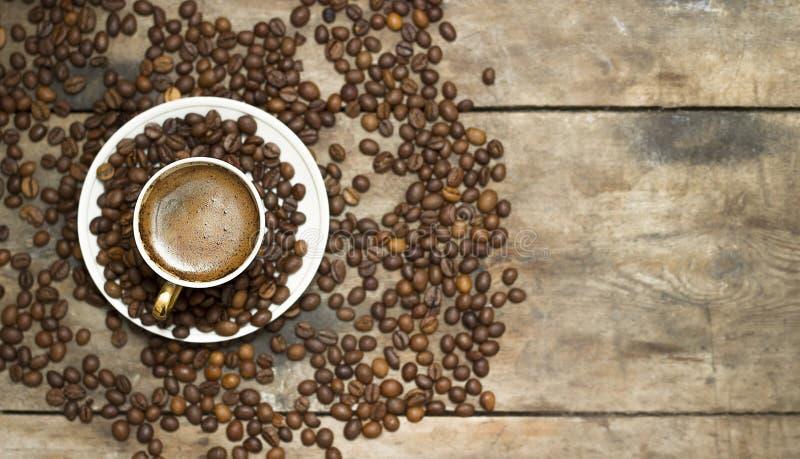 Uma caneca de café em uma tabela de madeira fotografia de stock royalty free