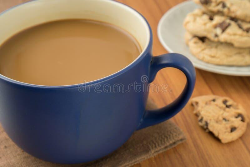 Uma caneca de cookies do café e dos pedaços de chocolate fotografia de stock royalty free