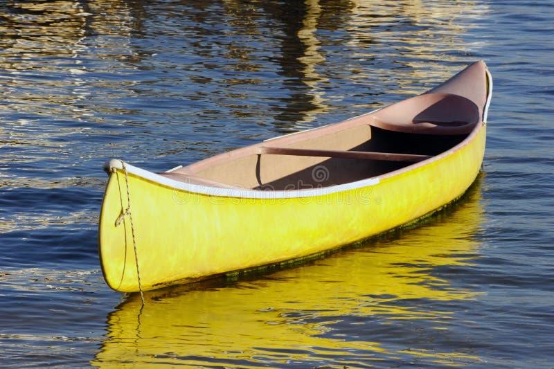 Uma canoa amarela imagem de stock