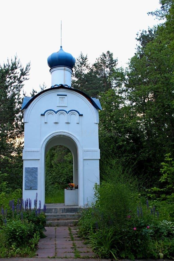 Uma capela antiga, ortodoxo, estabelecida em um local memorável, histórico, em honra da ação heroico dos soldados defendendo sua  imagens de stock