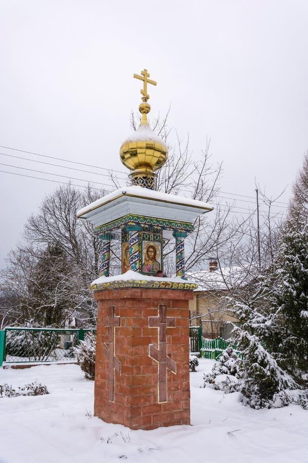 Uma capela ortodoxo pequena com um Golden Dome e uma cruz foto de stock