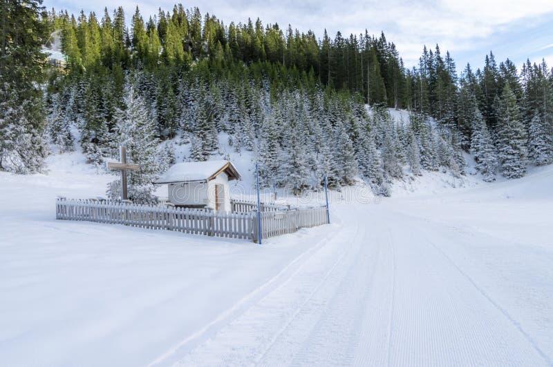 Uma capela pequena em cumes austríacos fotos de stock