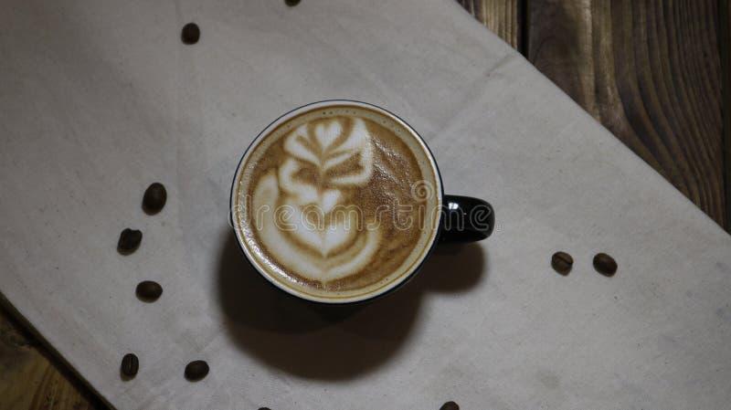 Uma x?cara de caf? em uma tabela branca fotografia de stock