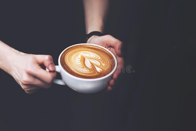 Uma x?cara de caf? nas m?os f?meas foto de stock
