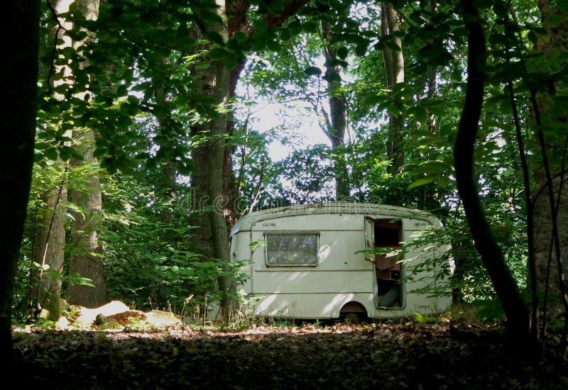 Uma caravana velha nas madeiras foto de stock royalty free