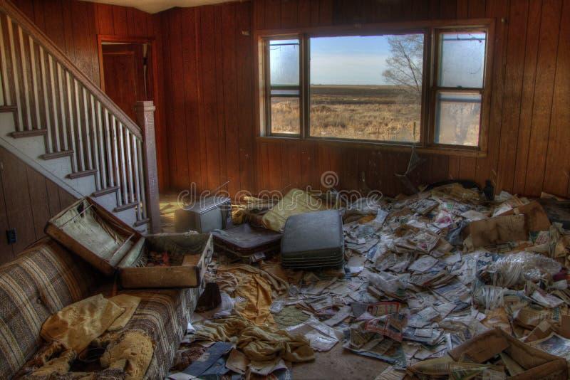 Uma casa abandonada da exploração agrícola no país agrícola rural de South Dakota perde contra aos elementos fotografia de stock