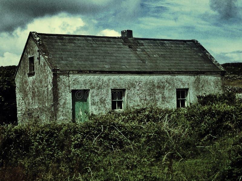 Uma casa abandonada louca em Aran Islands dentro fotografia de stock royalty free