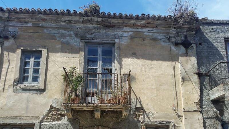 Uma casa abandonada velha em Itália foto de stock