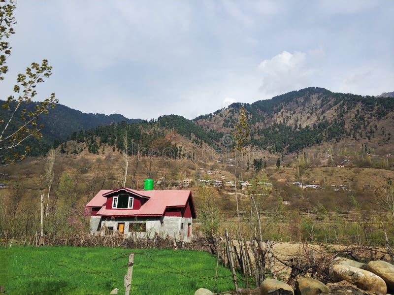 Uma casa cor-de-rosa solitária em Kashmir fotografia de stock