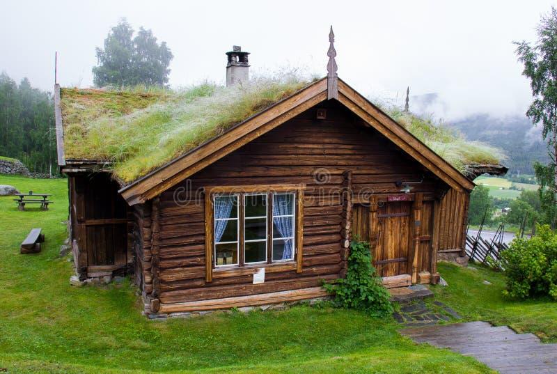 Uma casa da velha escola em Noruega fotos de stock