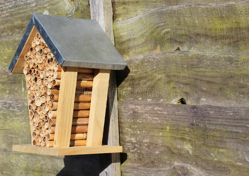 Uma casa de abelha ou uma colmeia fotos de stock