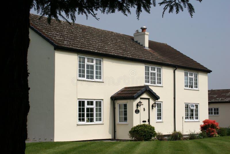 Download Uma casa de campo branca imagem de stock. Imagem de suburbano - 110283