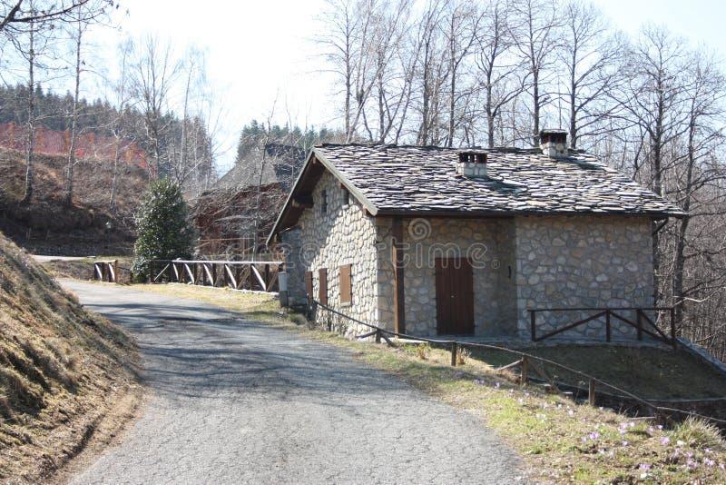 Uma casa de campo quieta das férias da montanha construída inteiramente de tijolos da pedra e da rocha mas muito elegante e encan imagens de stock