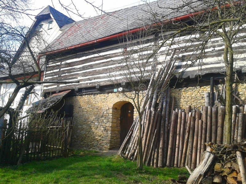 Uma casa de campo suportada velha da vila foto de stock