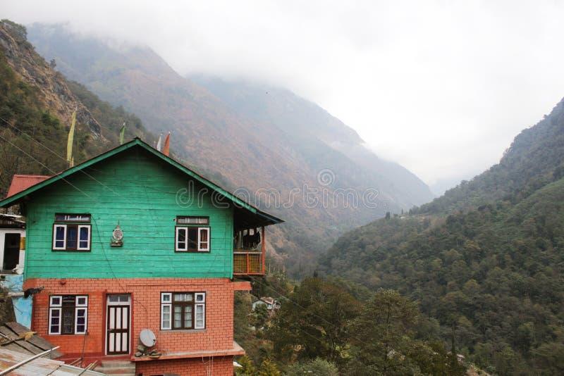 Uma casa de madeira bonita situada no gangtok foto de stock