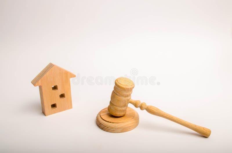 Uma casa de madeira e um martelo do juiz Permissão para a construção Casos em tribunal em construções residenciais Conflito entre imagem de stock royalty free