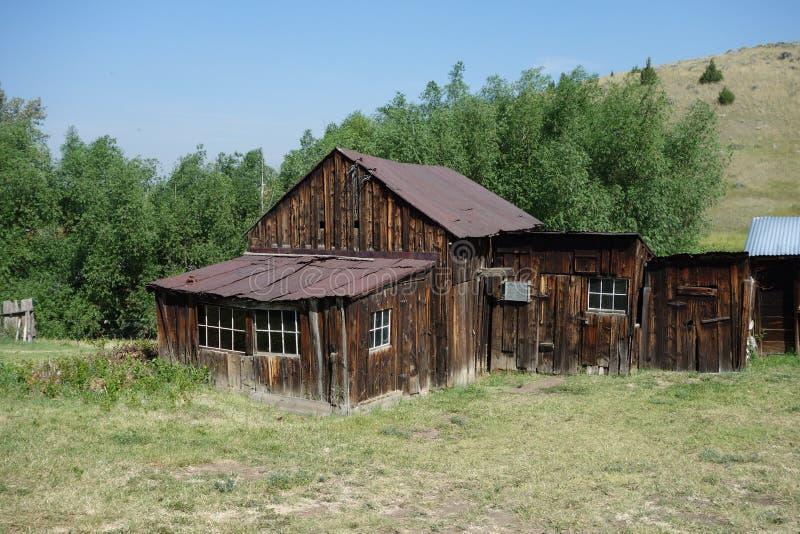 Uma casa de madeira histórica abandonada em idaho imagens de stock
