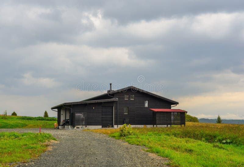 Uma casa de madeira no campo fotos de stock