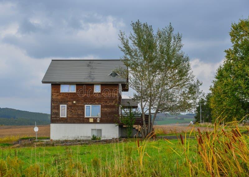 Uma casa de madeira no campo fotografia de stock royalty free