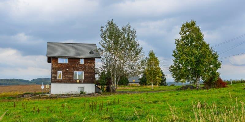Uma casa de madeira no campo imagens de stock