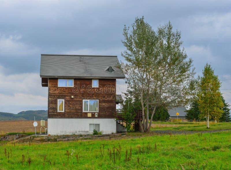 Uma casa de madeira no campo foto de stock royalty free
