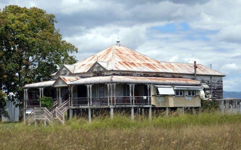 Uma casa dilapidada chamada um Queenslander imagens de stock royalty free