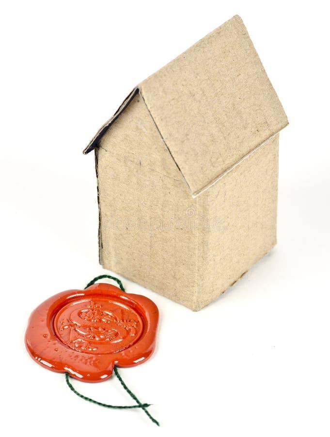 Uma casa do cartão com um original selado fotografia de stock