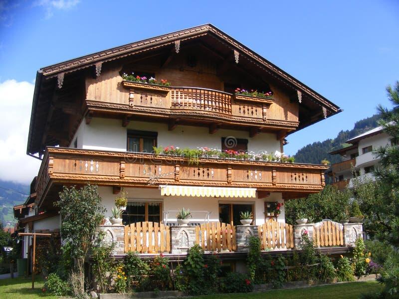 Uma casa do tradional no Tirol fotos de stock