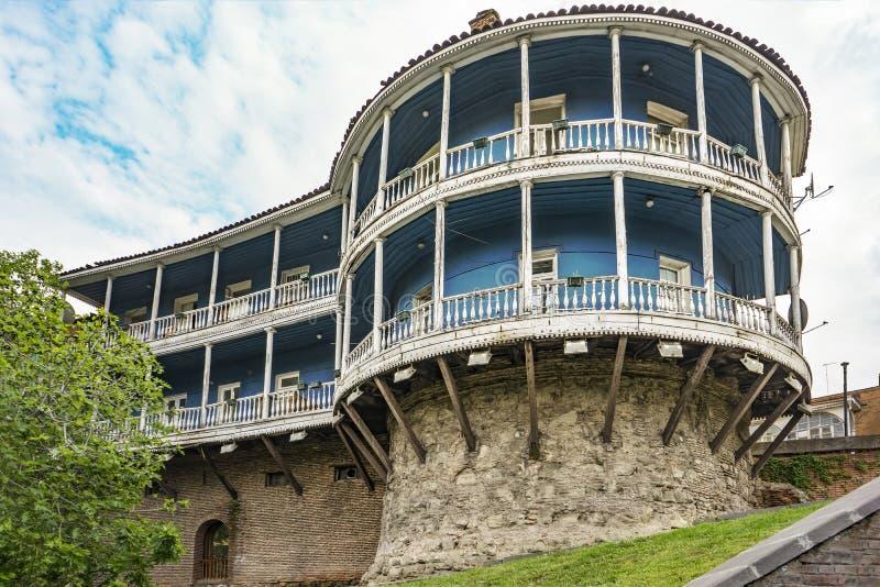 Uma casa europeia tradicional em um monte Tbilisi, Geórgia, março 2017 imagens de stock royalty free
