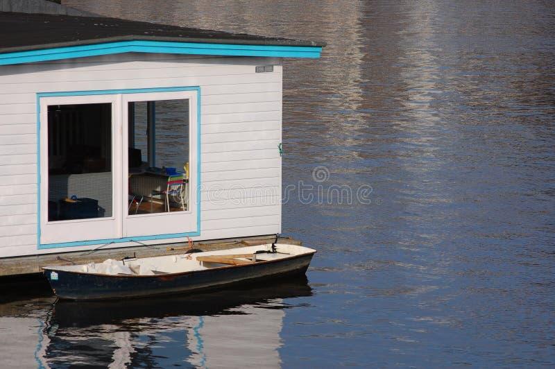 Uma casa flutuante imagens de stock