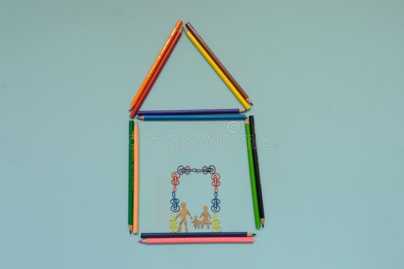 Uma casa maden com l?pis coloridos fotos de stock