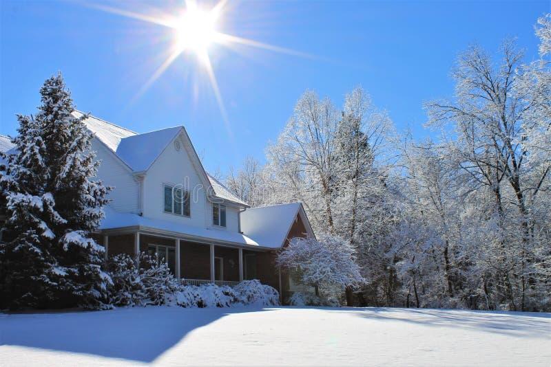 Uma casa na neve imagens de stock