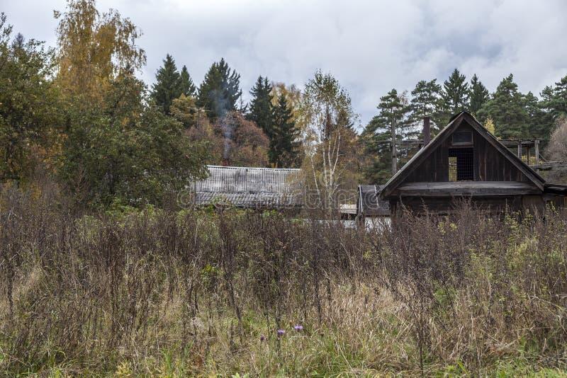 Uma casa na vila imagem de stock